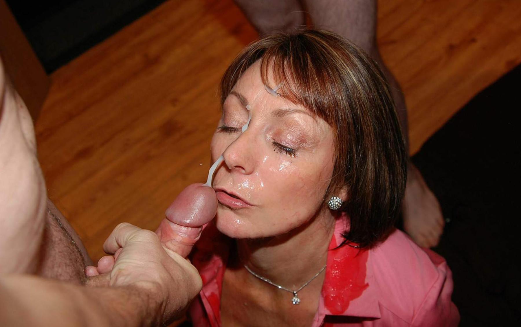 Сперма у мамы на лице фото, Мамке кончили на личико дома - секс порно фото 10 фотография