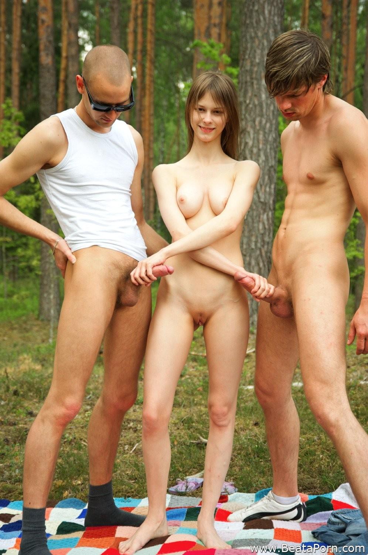 голые трахаются в лесу-пх2