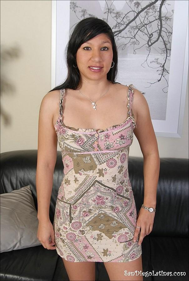 Брюнетка неуверенно сняла платье