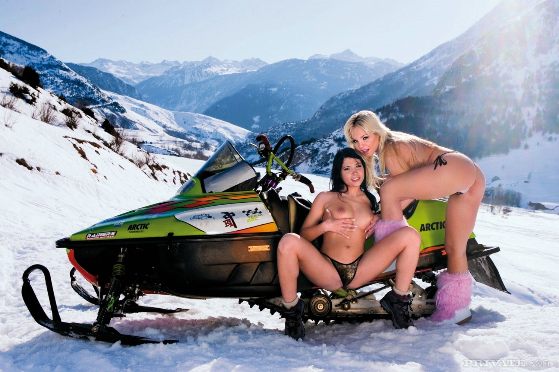 Голые Sharka Blue и Rebeca Linares ебутся с одетыми мужиками в горах