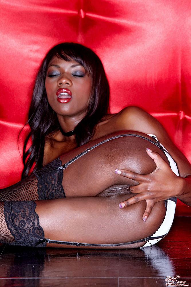 Негритянка Ana Foxxx показывает свою черную киску