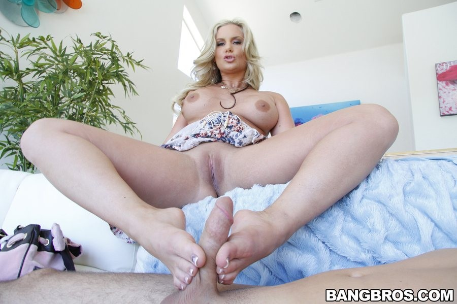 Феникс Мари доводит мужчина до оргазма своими ножками