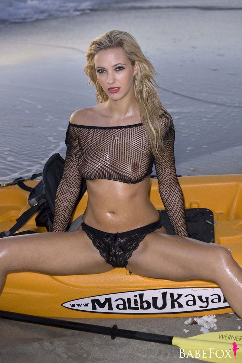 Белокурая модель в надувной лодке
