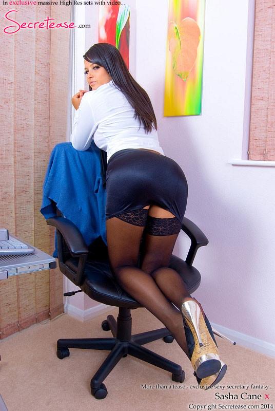 Секретарша Саша Кейн разделась на офисном кресле