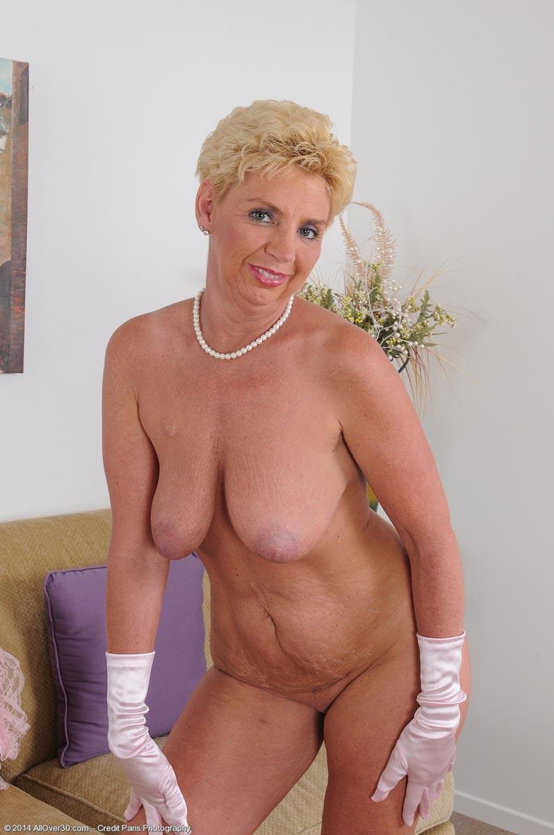 Пожилая блондинка в тугом, розовом корсете