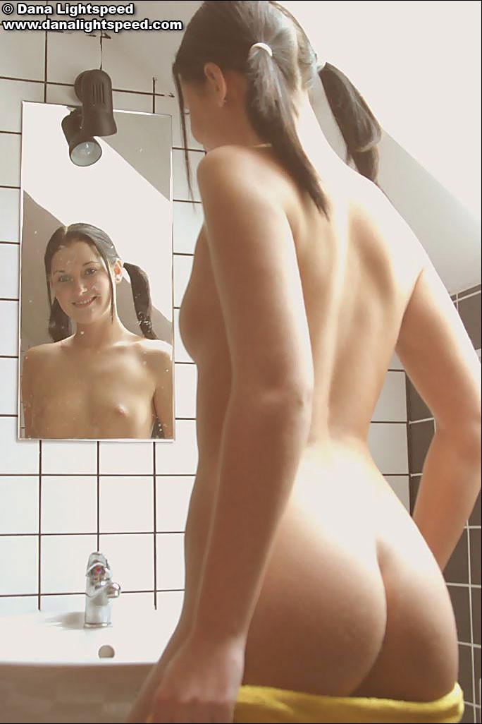 Сексуальная Дана перед принятием ванной
