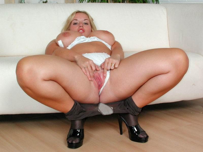 Очень притягательные пухлые ножки блондинки
