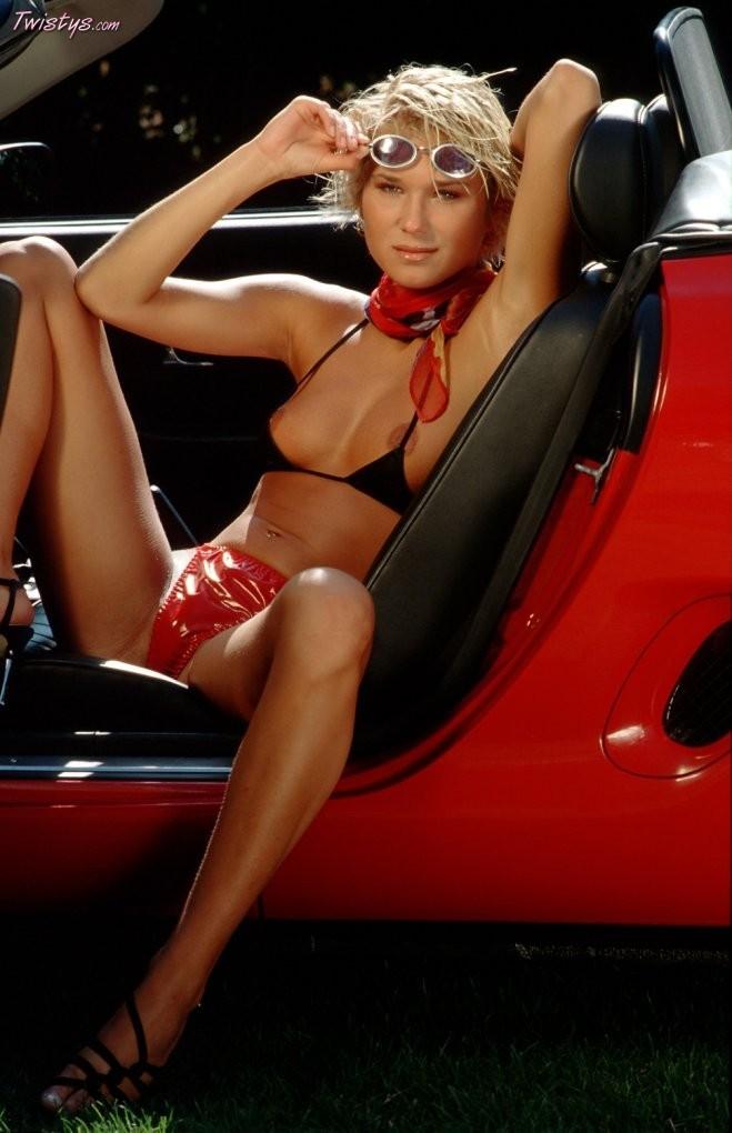 Длинноногая Симона в микро бикини на капоте авто