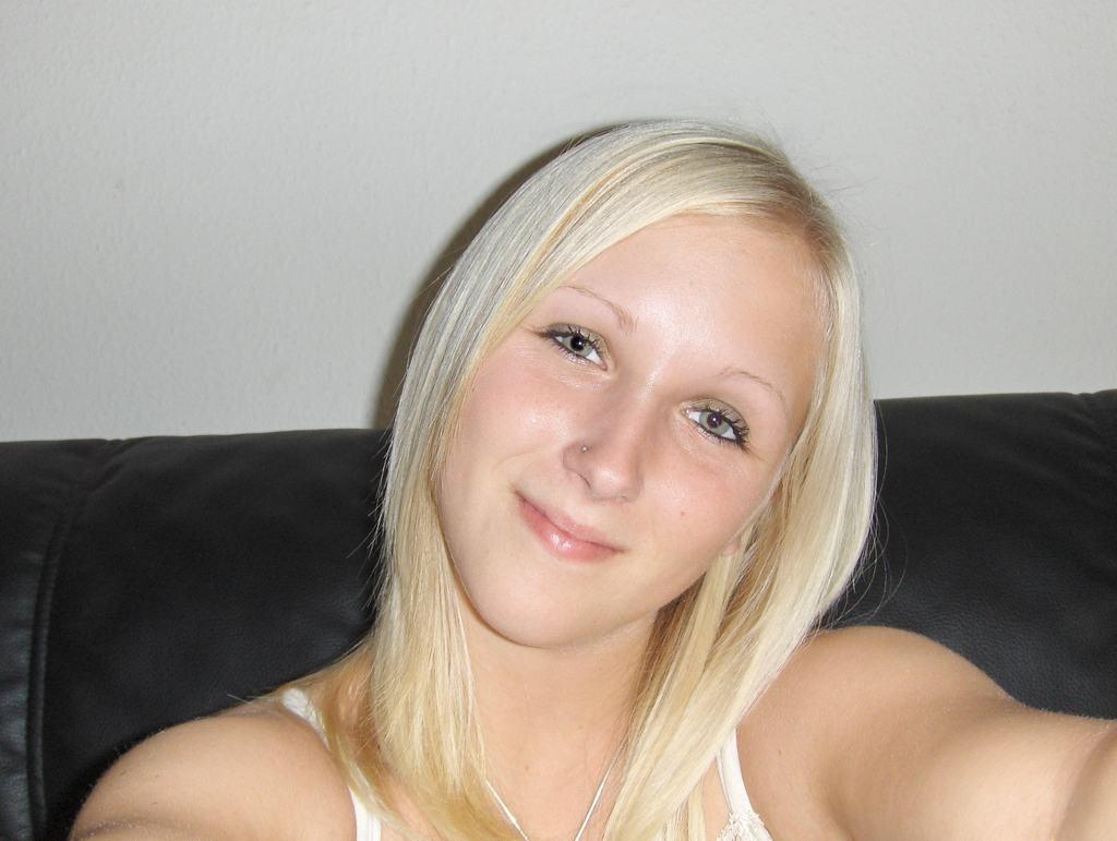 Молодая блондинка с небольшими грудями показала все