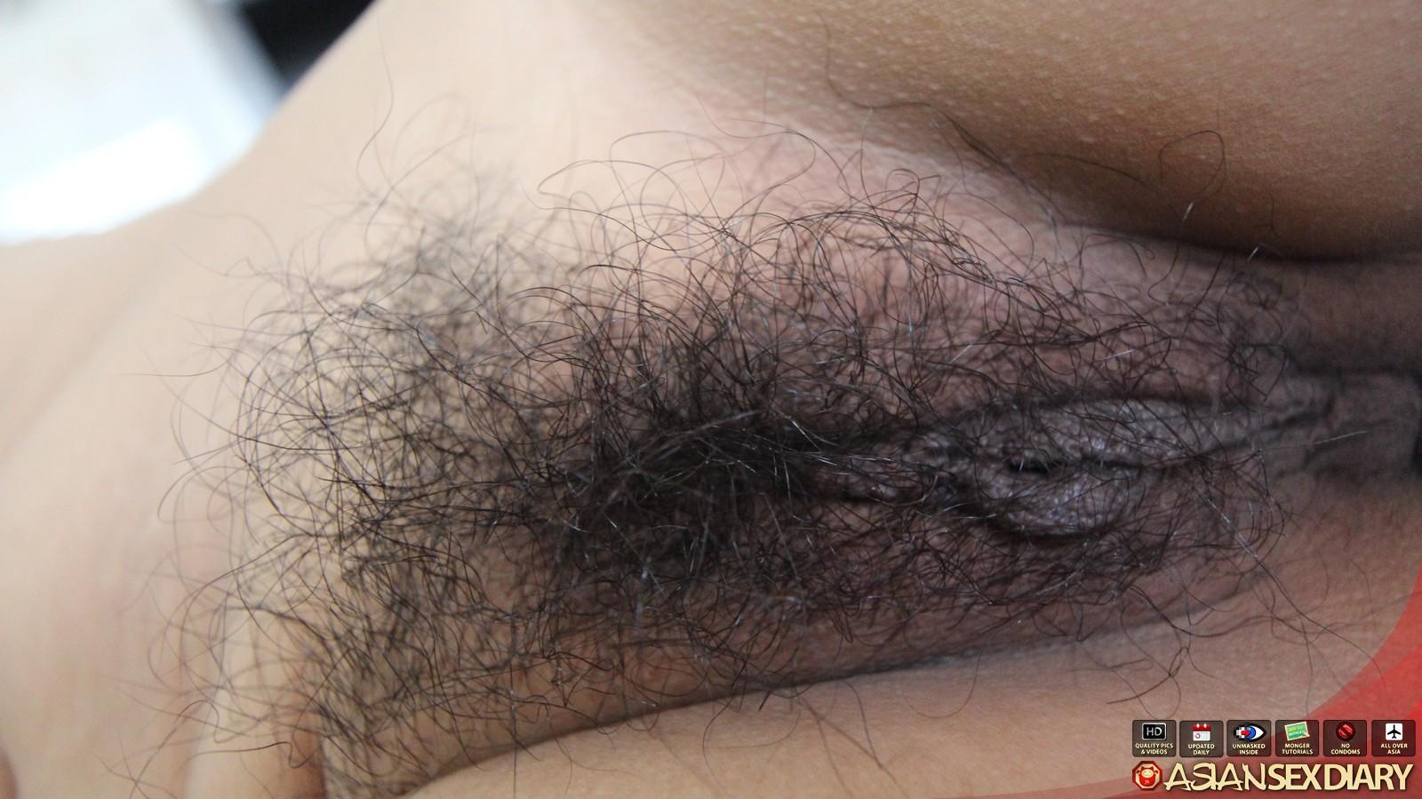 Пухлая азиатка с волосатой пиздой не хочет показывать глаза, но активно сосет и ебется