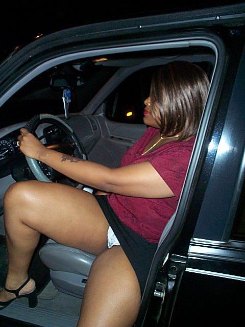 Негритянка в теле светит сиськами и пиздой в машине