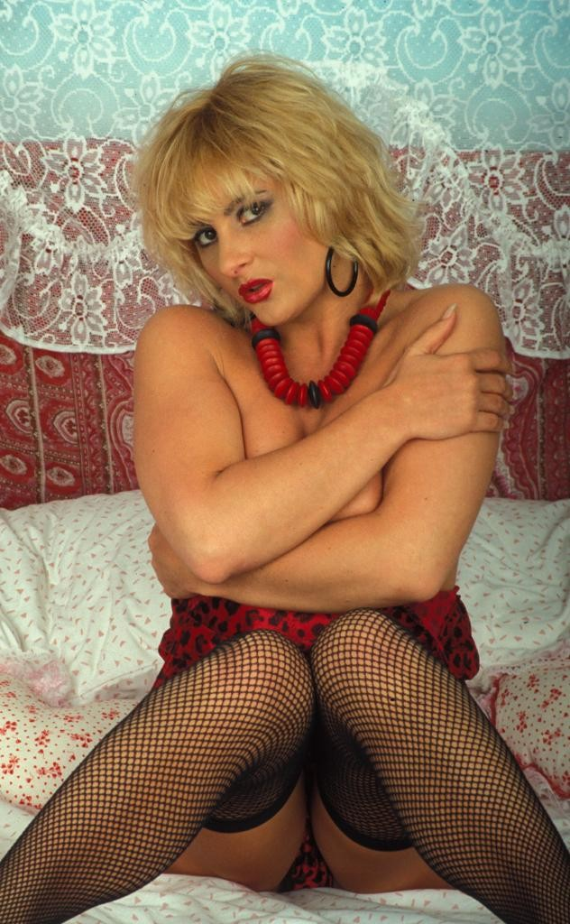 Милфа блондинка  с черной мохной между ног
