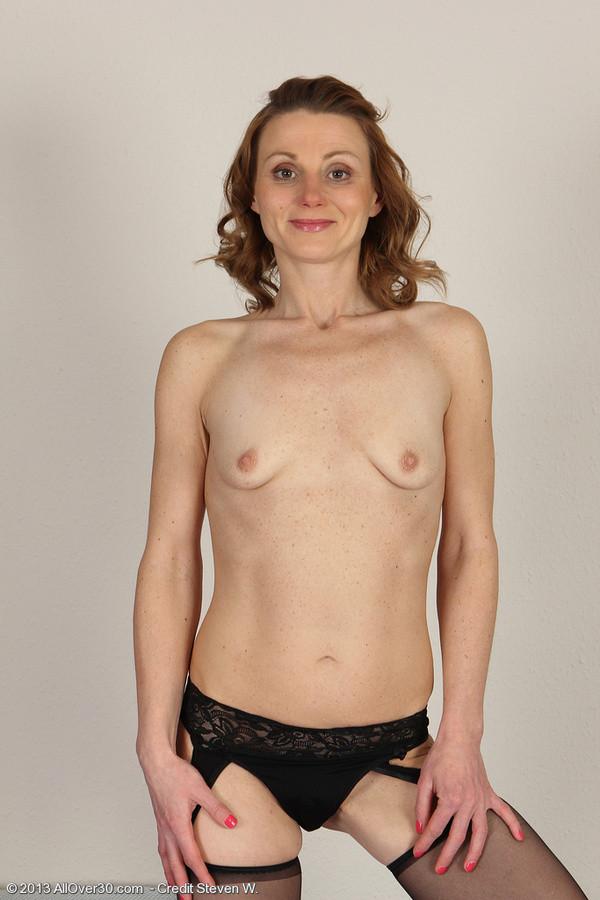 Женщина с маленькими висячими сиськами снимает одежду с себя