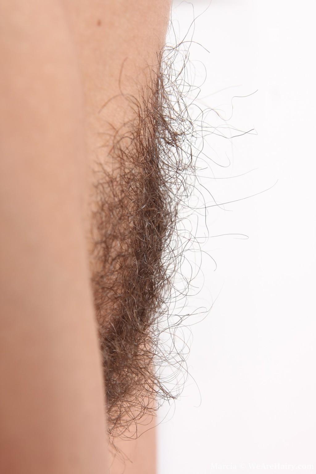 Прикольная молодая брюнетка с волосней между ног