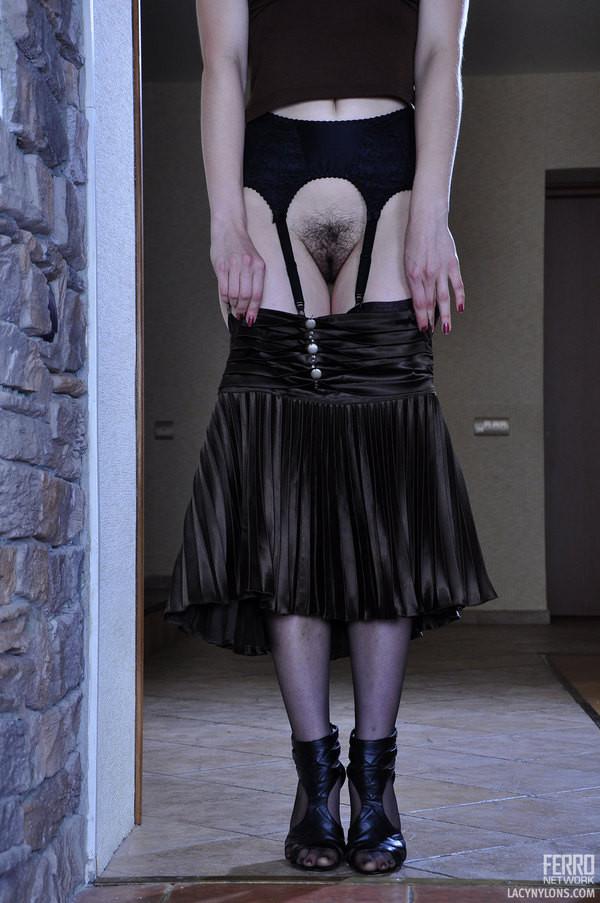 Сняла юбку и трусы, оголив мохнатую промежность