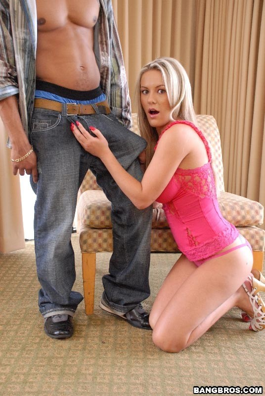 Грудастая блондинка принимает во влагалище гигантский черный пенис