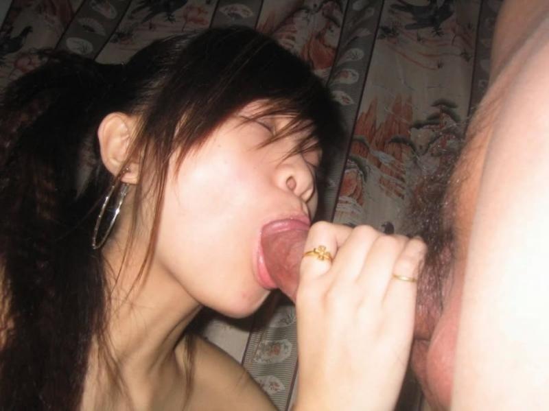 Молодая азиатская миньетчица