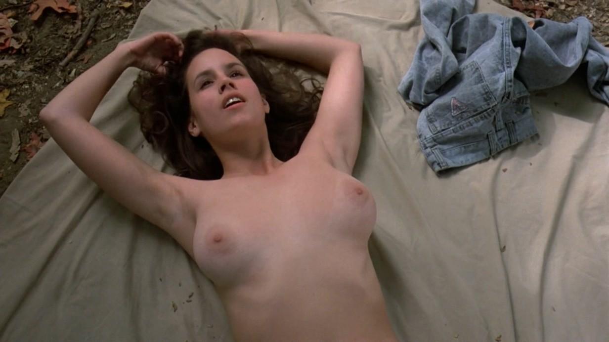 Просто красивые сиськи лежащей женщины, возможно какой-то актрисы