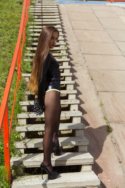 Сексуальная Нора приоткрыла пизду на улице