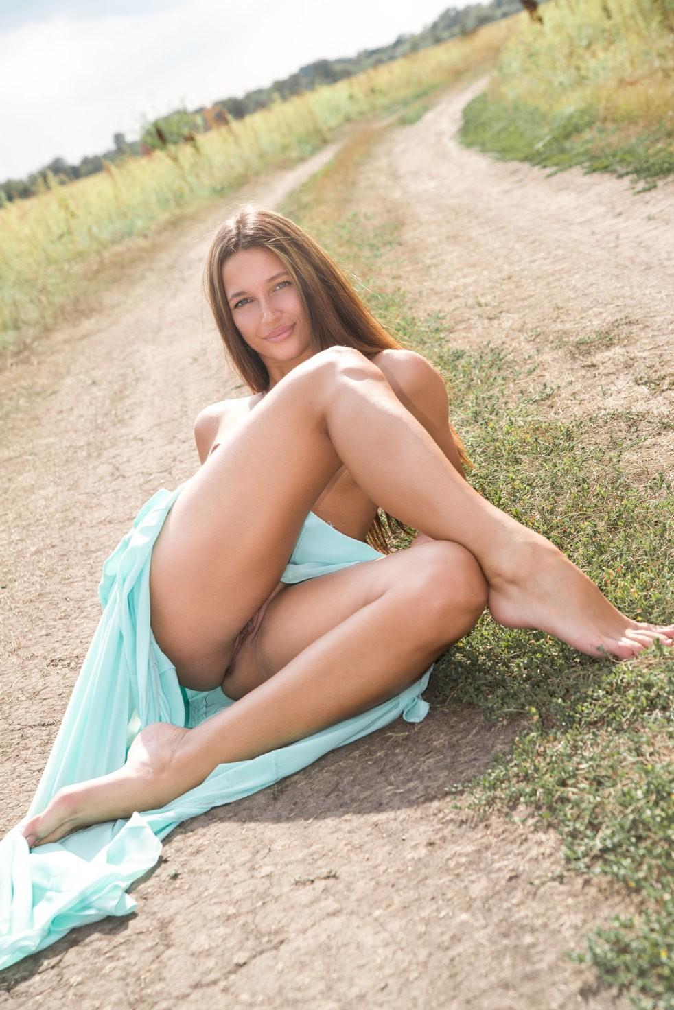 Красотка Кеня на проселочной дороге позирует голая