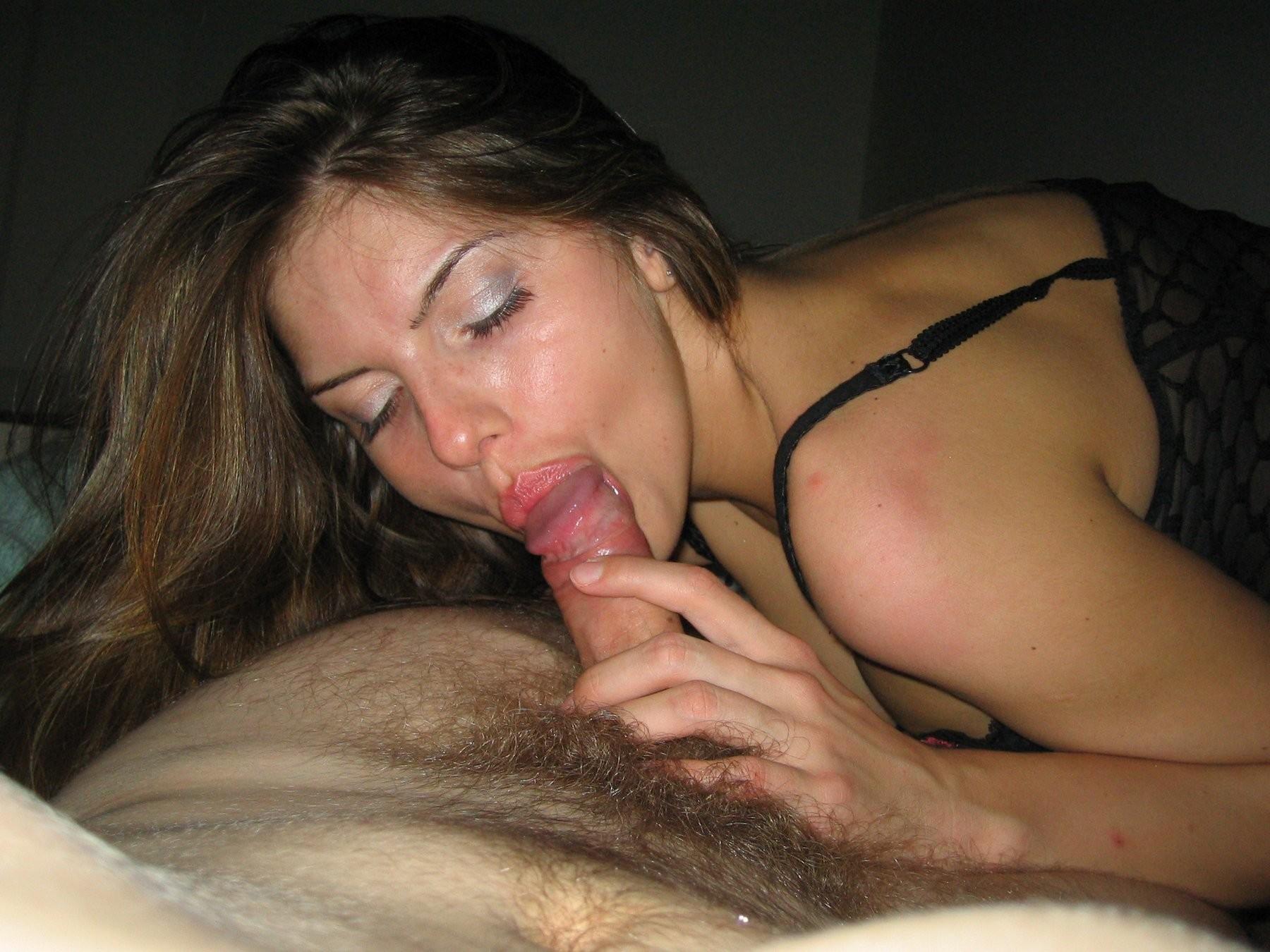 Позируя возбуждает друга перед сексом