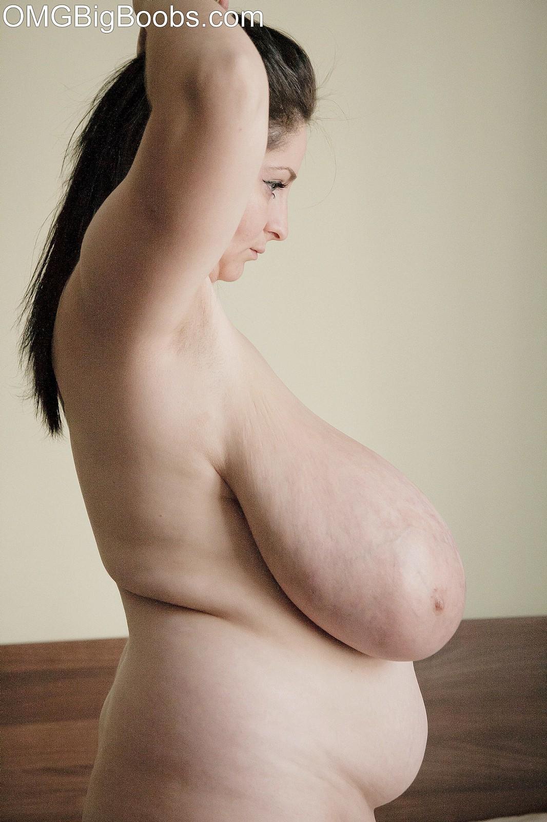 Из-за размеров груди пожилой Алисе сложно одеваться