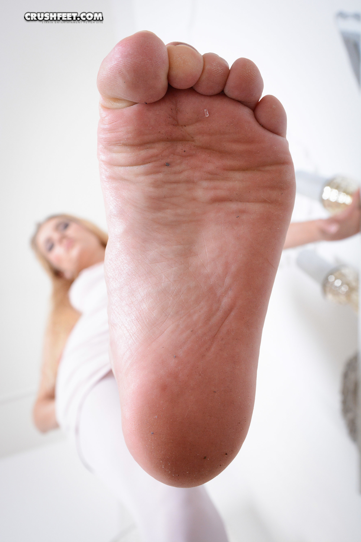 Жозефина снимает обувь и показывает уставшие ножки