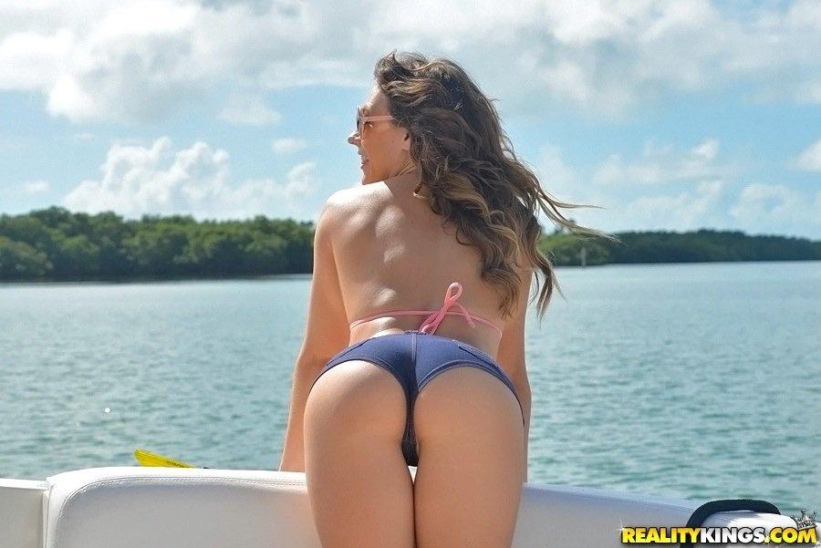 На яхте - Порно фото галерея 1011581