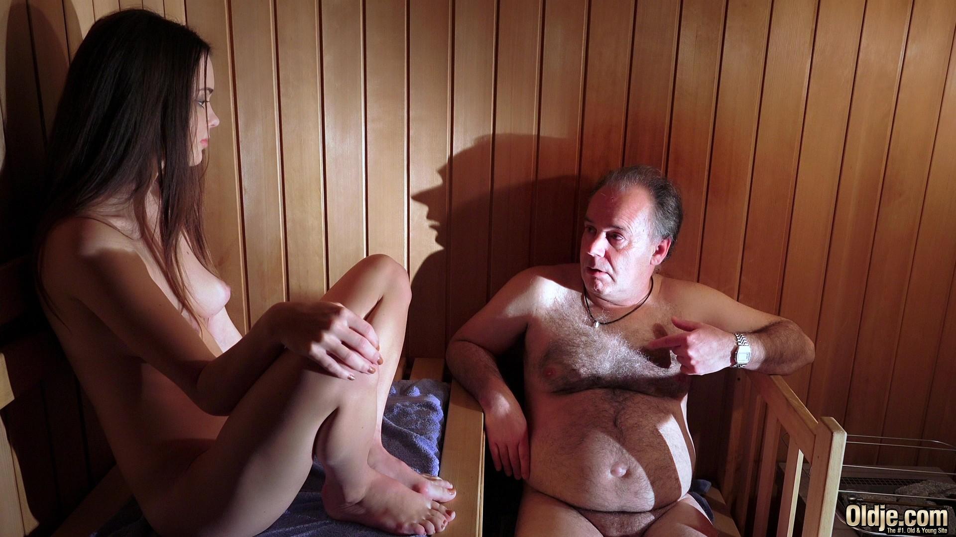 Молодая проститутка ебется в сауне с пожилым мужчиной