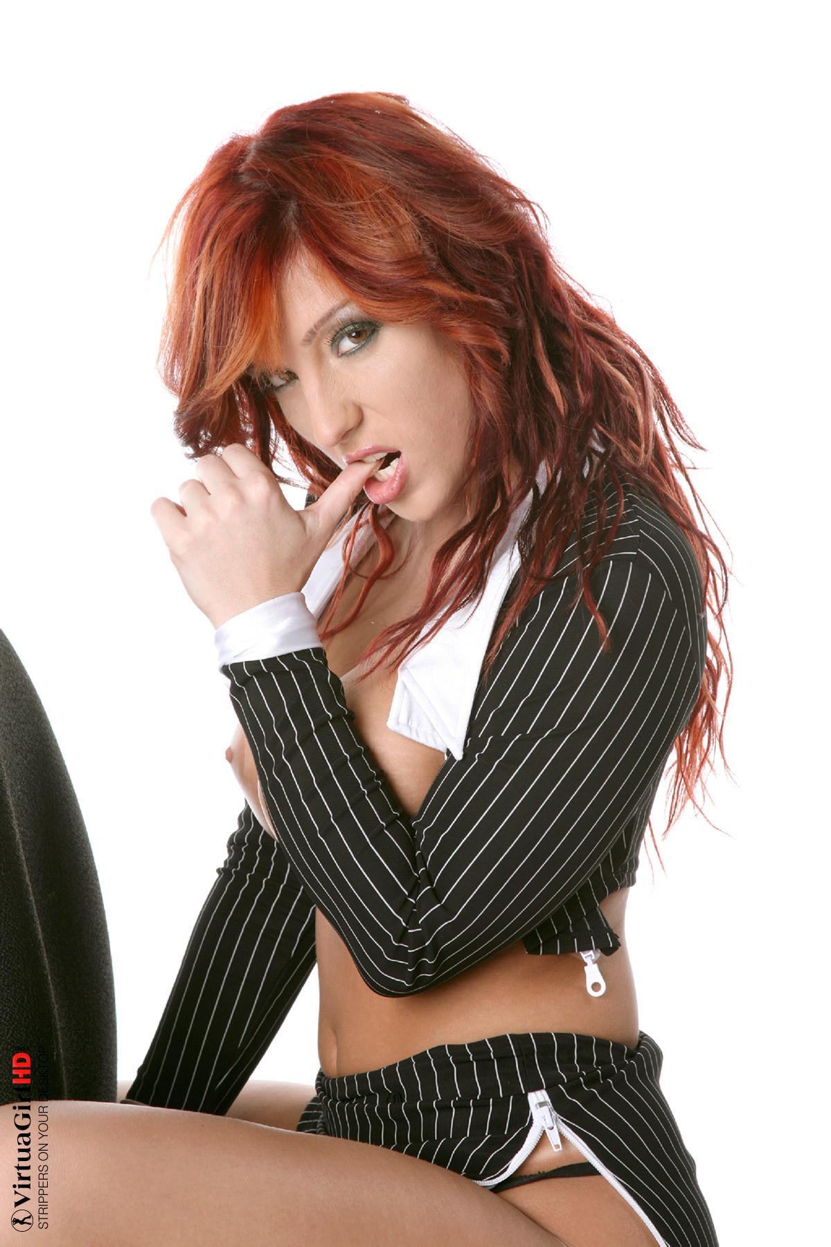 Рыжая Эшли Робинс как бы секретарша