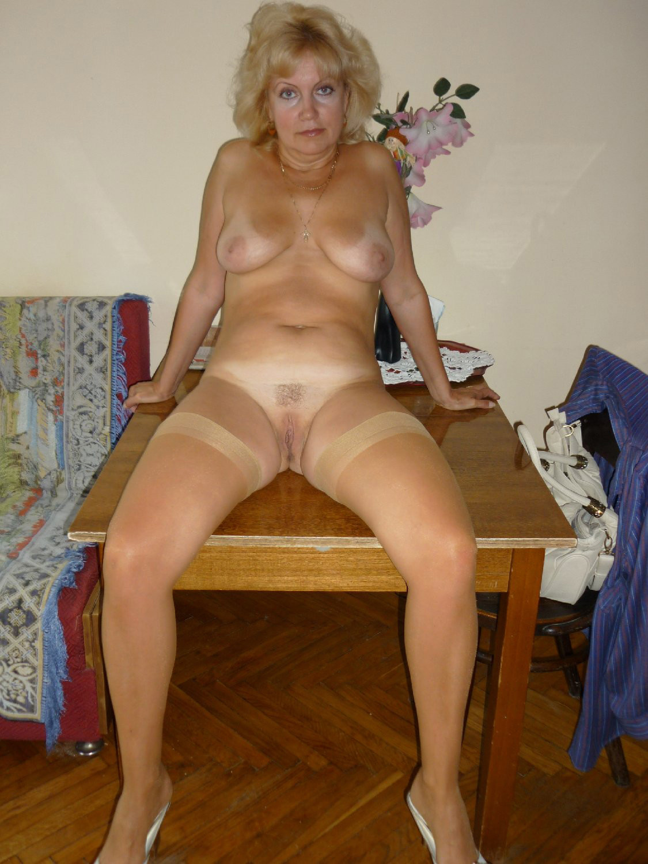 Зрелая блондинка ходит голая по квартире и раздвигает ноги
