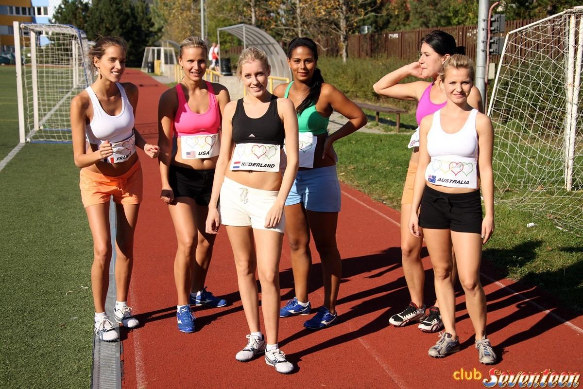 Группа спортсменок после тренировки в душе не только смывали пот