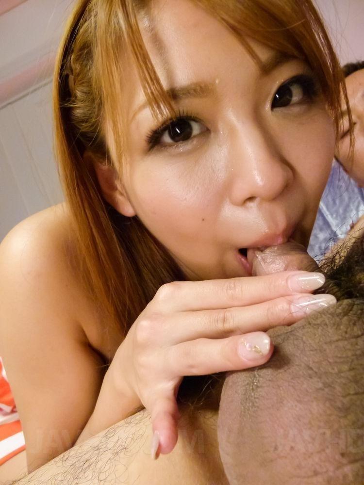 Азиатка берет в рот мелкий пенис