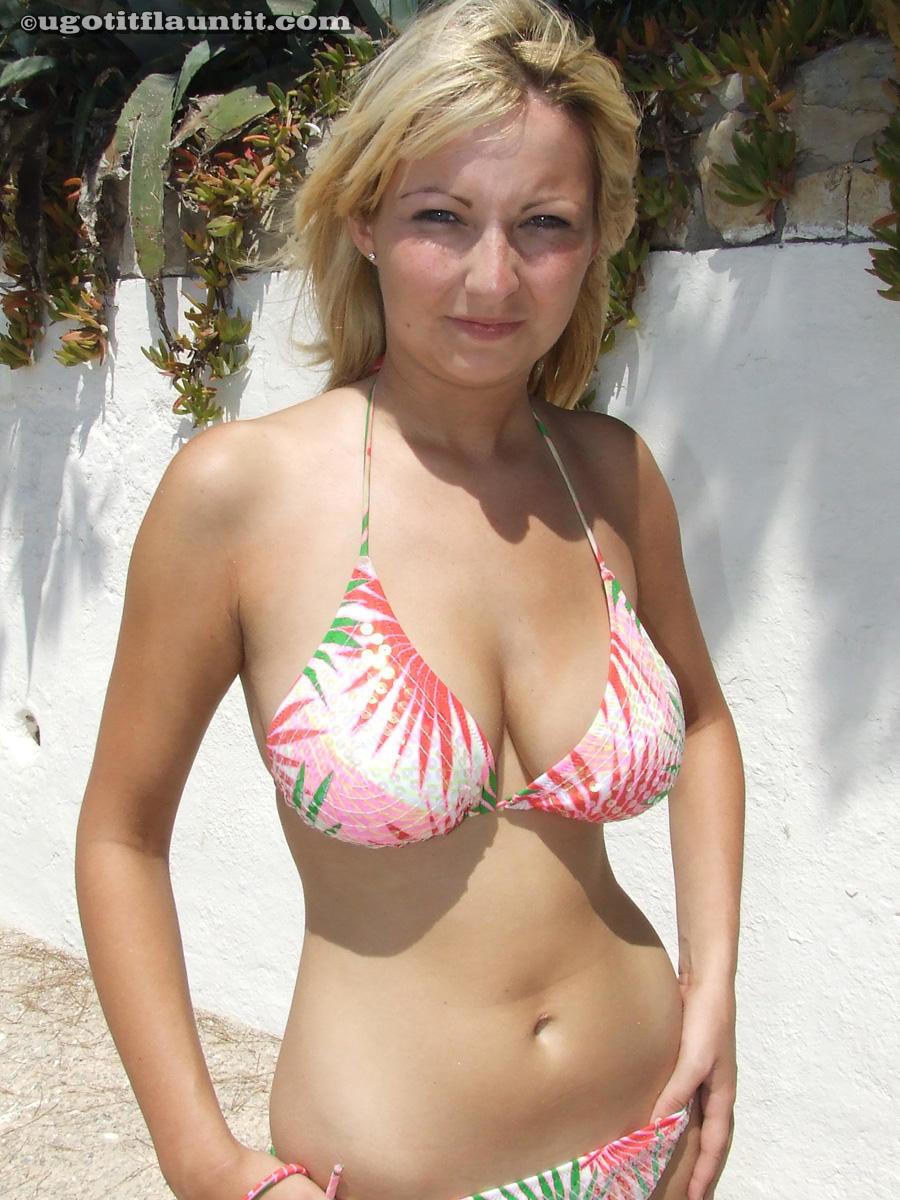 Блондинка на пляже оголила приятные груди