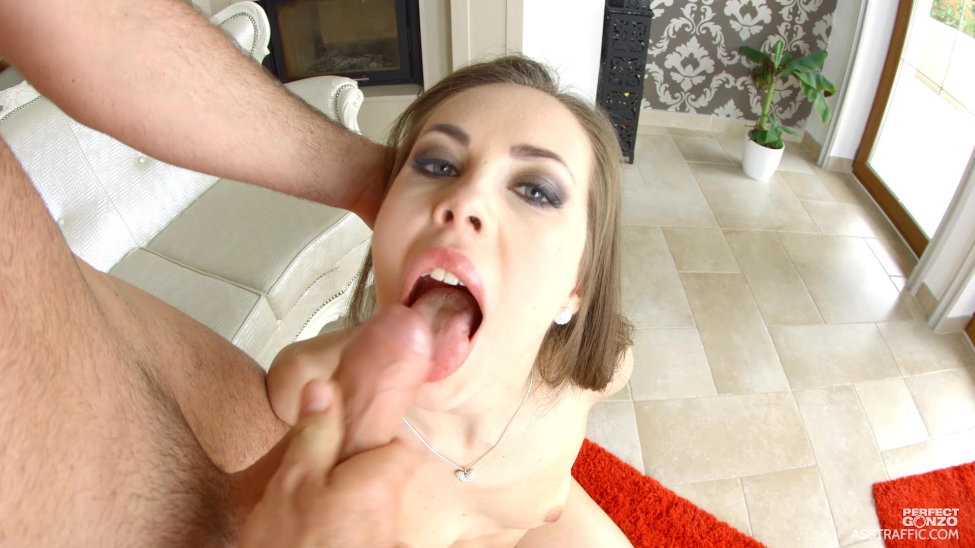 Зрелую симпотичную служанке кончили и на ссали в рот порно
