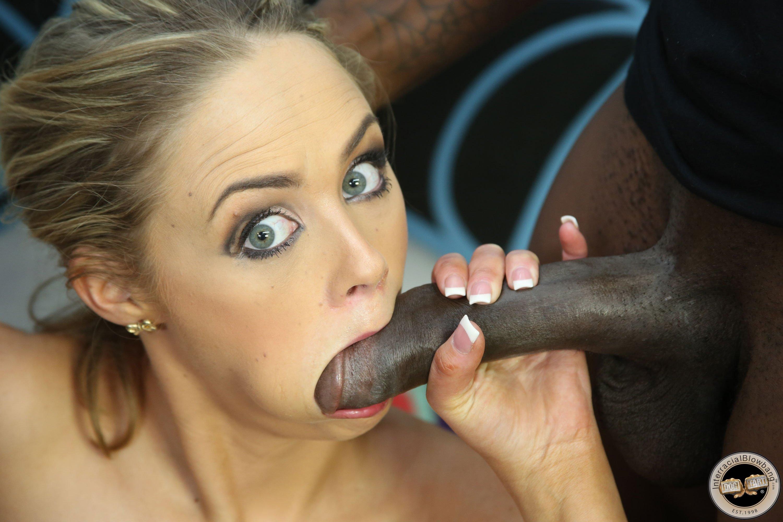 Чёрная сучка сосёт, Черная сучка сосет член в сортире порно видео онлайн 13 фотография