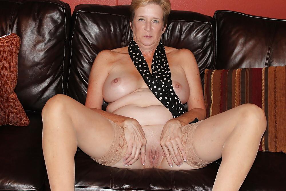 Короткое продолжительности блондинка широко раздвигает ножки на столе вставил негр муж