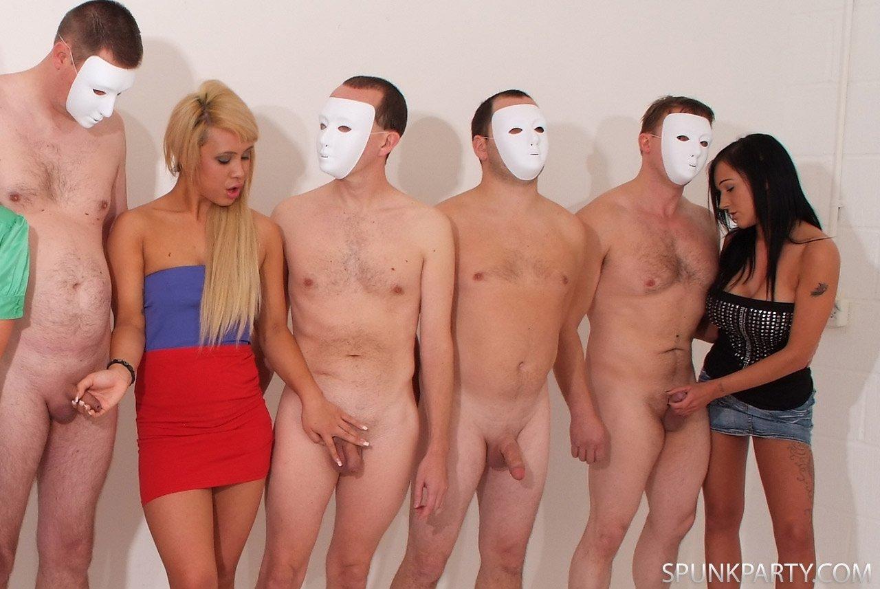 Толпа раздевает женщину, Порно На публике -видео. Смотреть порно онлайн! 13 фотография