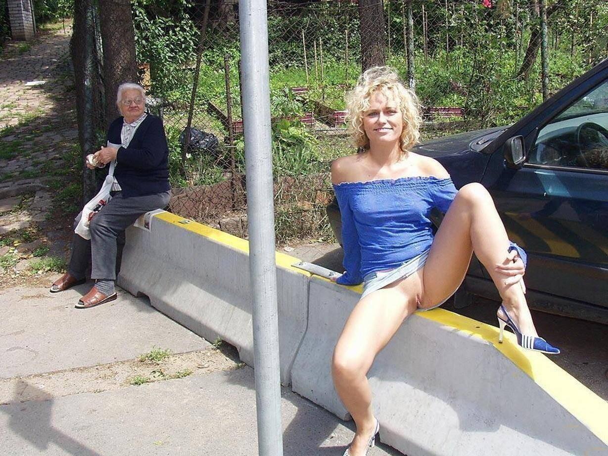 Ходит по городу без трусов, гуляет без трусов - смотреть порно онлайн или скачать 10 фотография