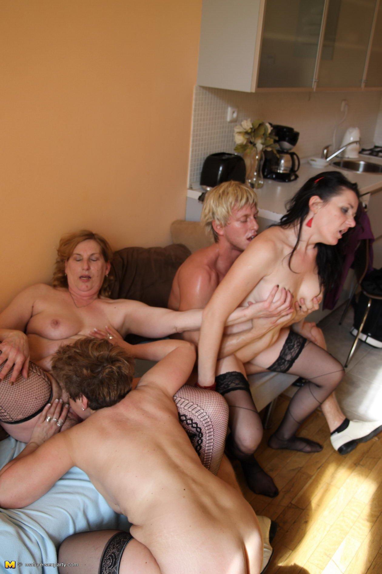 Зрелые женщины на порно вечеринке