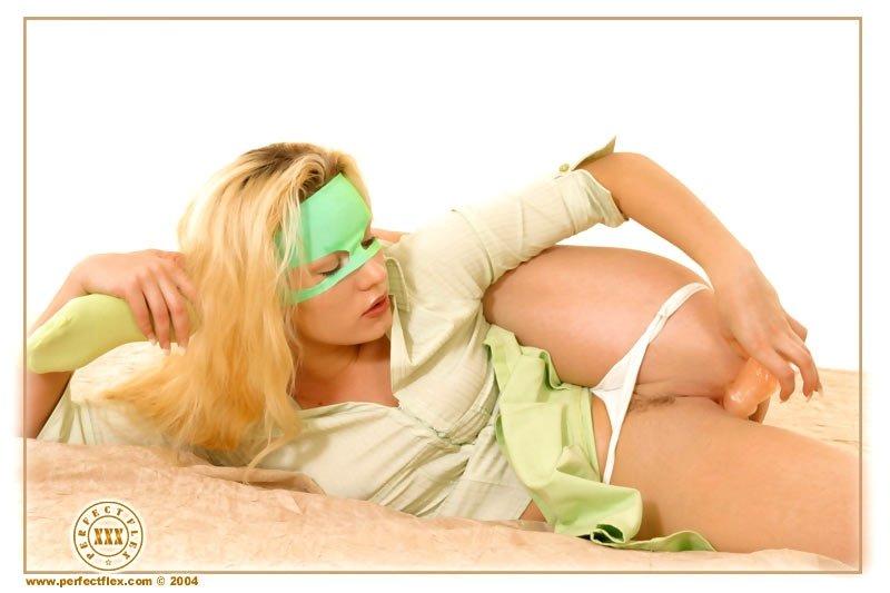 Очень гибкая блондинка в зеленой маске широко раздвигает ноги