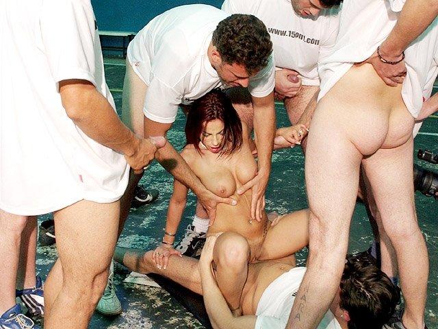 девушка обслужила 24 мужика