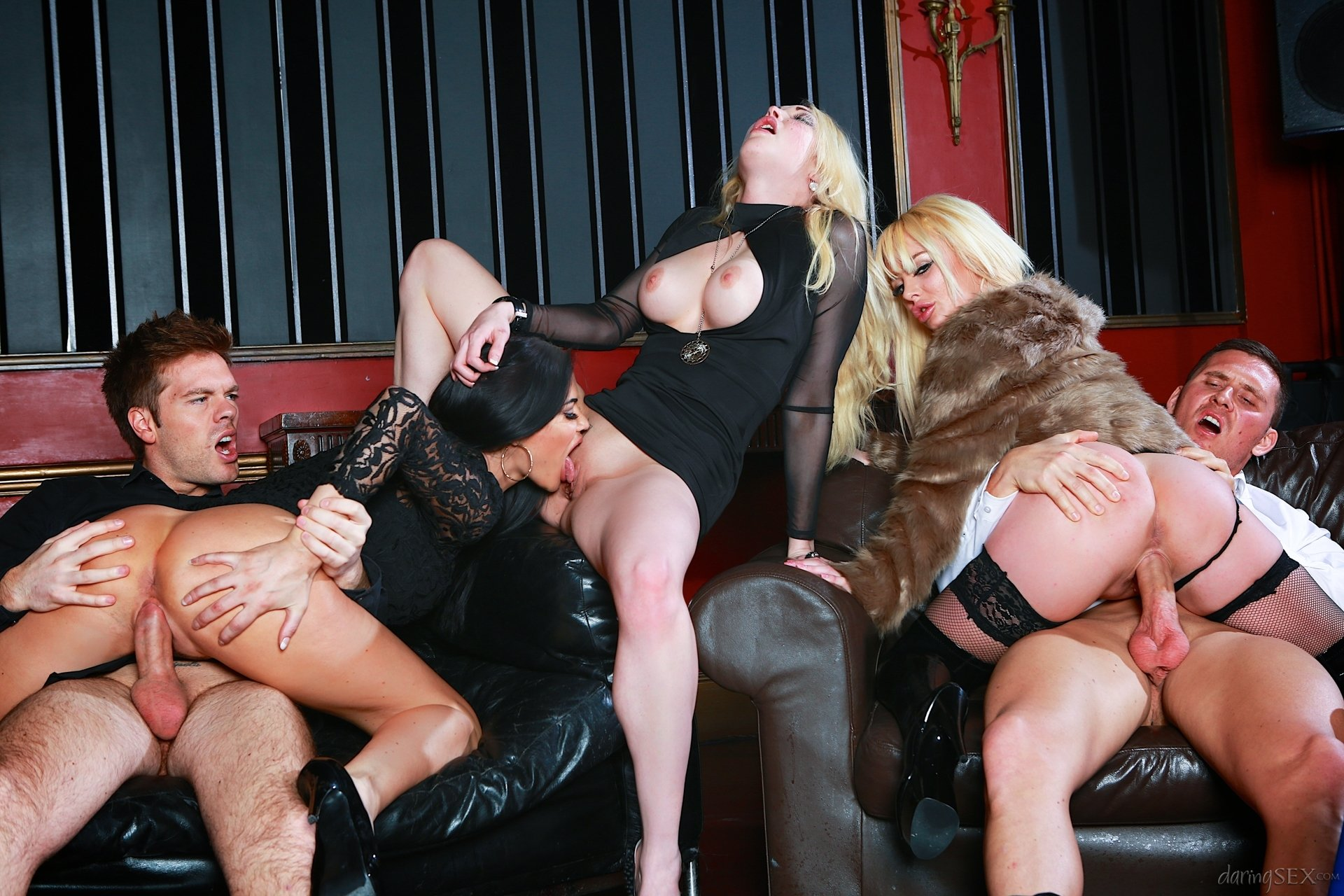 Групповой секс на сцене