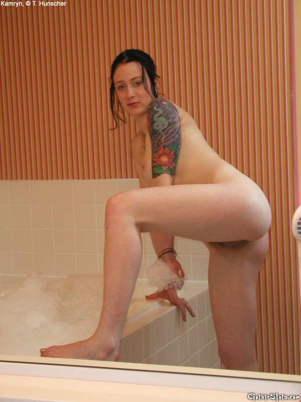 Молодая готка с рыжей пиздой мастурбирует в джакузи