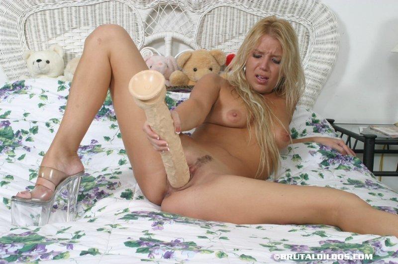 Блондинка пытается запихнуть в киску большой дилдо