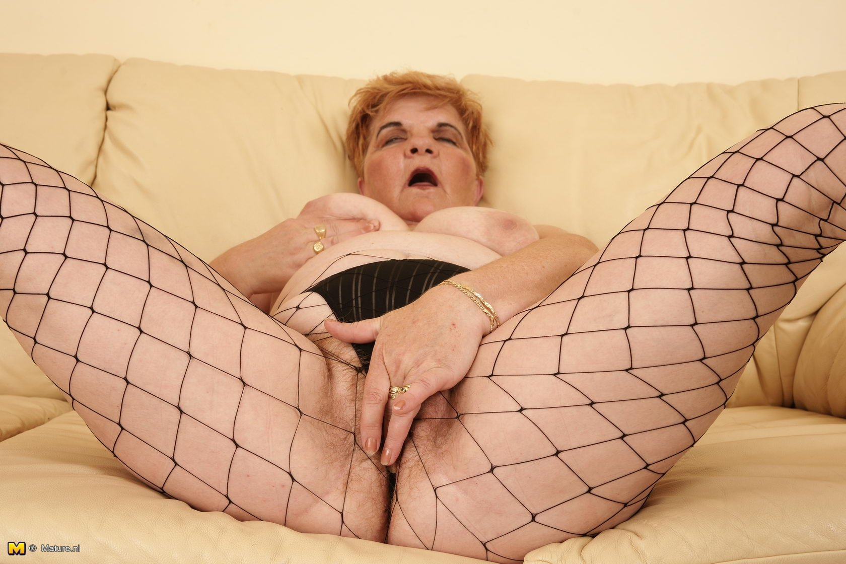 Старуха мастурбирует рыжую волосатую пиздень