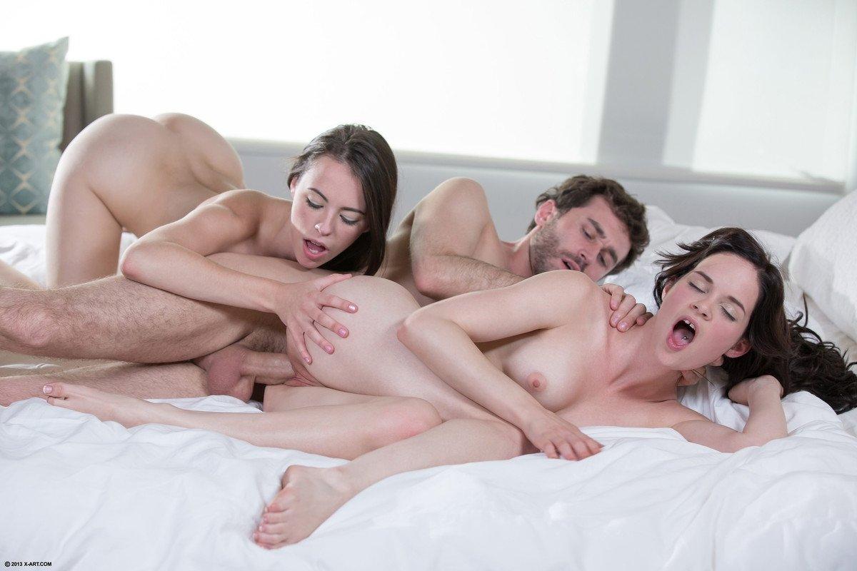 Фото голые две девки один парень, Секс втроём, жмж фото, две девушки и парень, секс 15 фотография