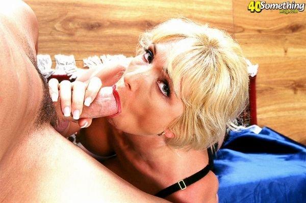 Зрелая блондинка дала полизать и сама пососала у молодого