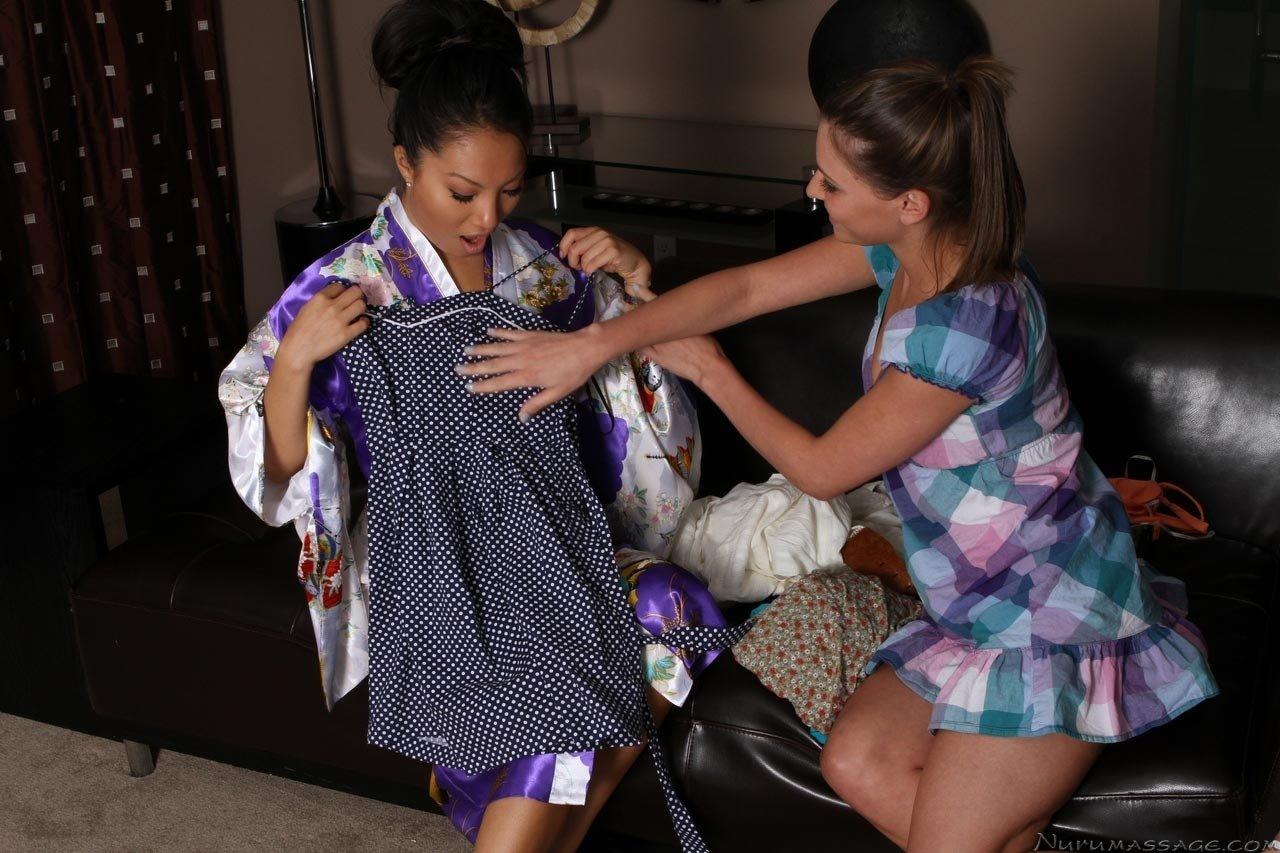 Азиатка сделала массаж с маслом женщине и дала полизать свою киску