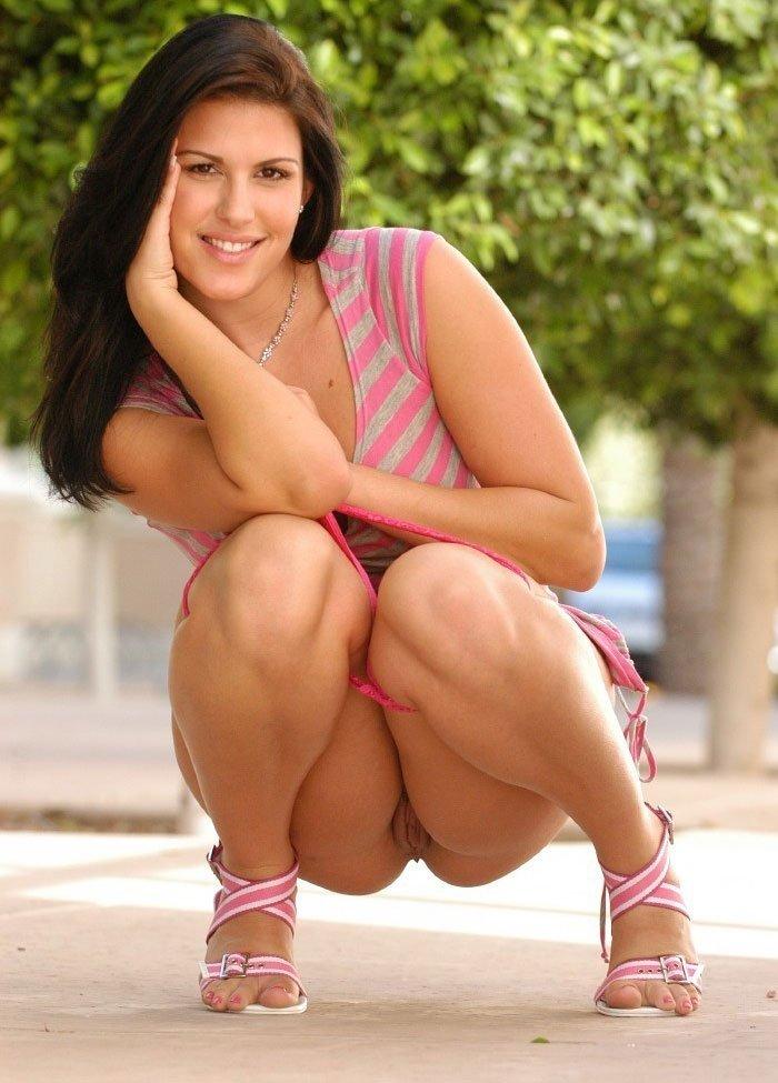 порно фото девушки в трусиках на корточках № 4458
